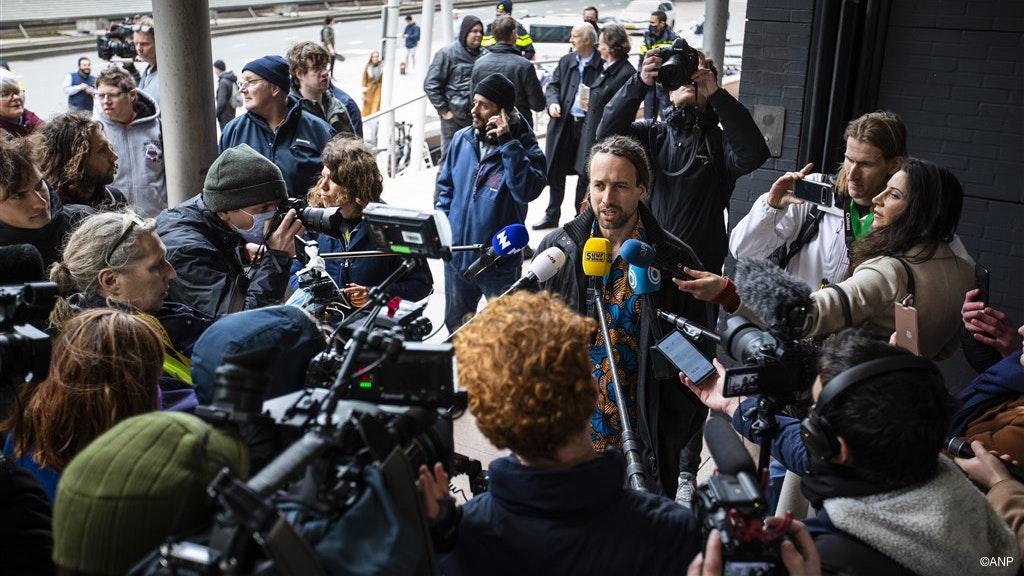 Journalisten verzamelen zich rond Willem Engel